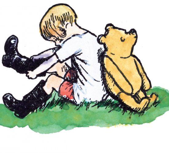 Ein Junge und ein Teddybär sitzen Rücken an Rücken