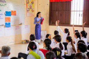 Room to Read: Lehrerin vor der Klasse