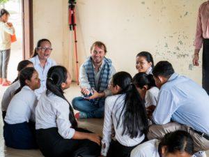 Oli, Gründer von Librio, im Gespräch mit Schülerinnen und Schülern