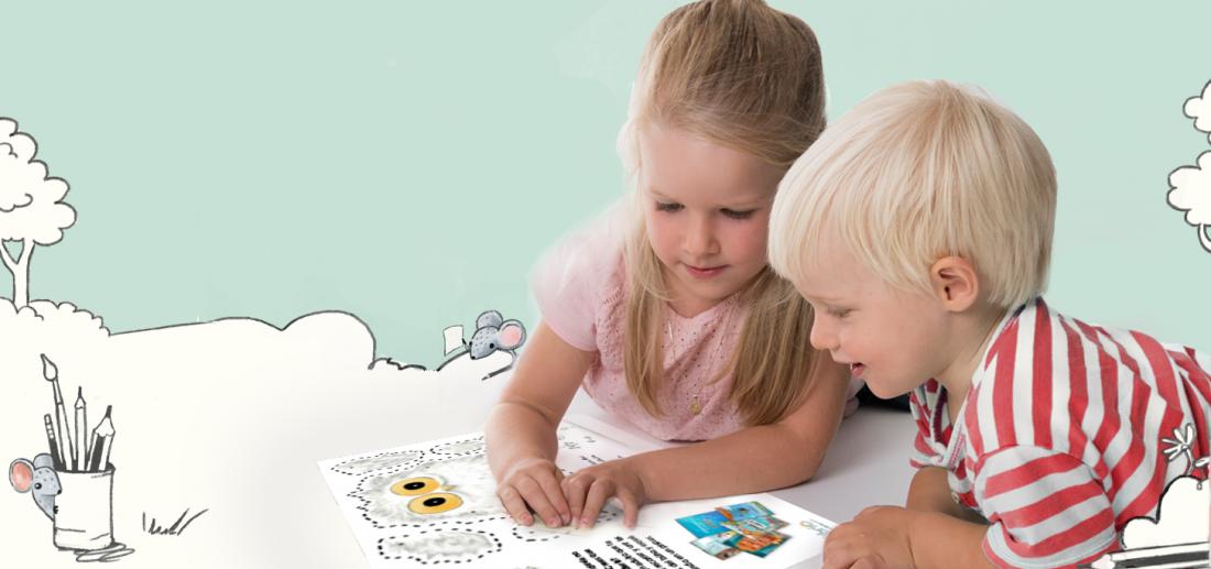 Ein Junge und ein Mädchen schauen sich Bastelideen für Kinder an