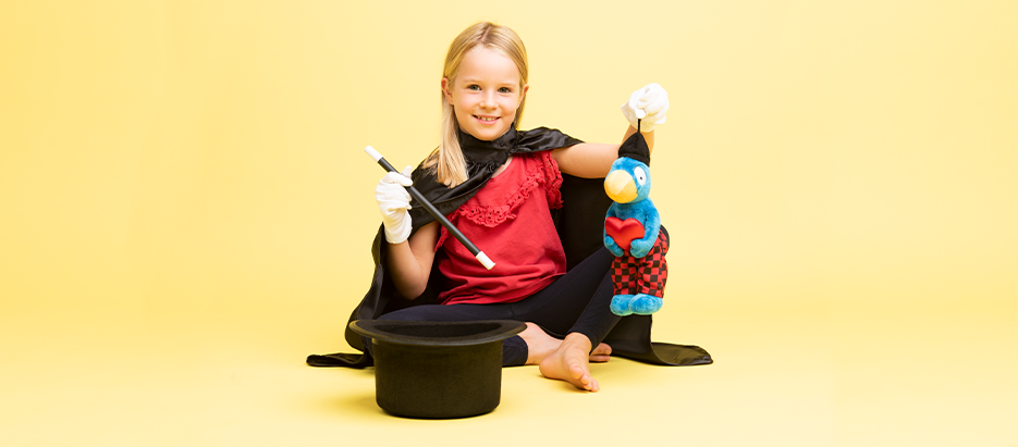 Fotoshooting Mädchen mit Hut und Globi
